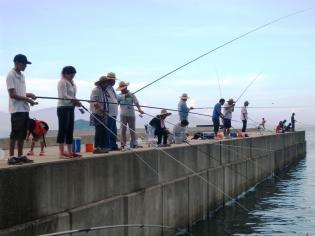 港の釣り人1