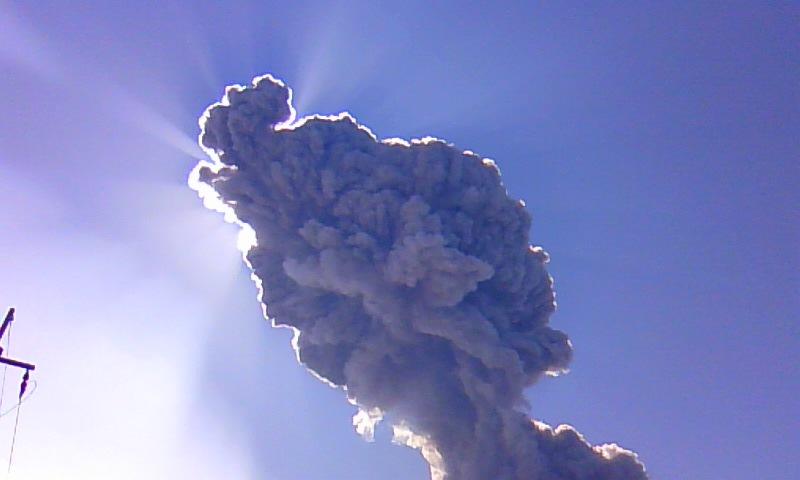 頭上の噴煙2