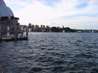 歌#21095;院后的海和海面上的帆船