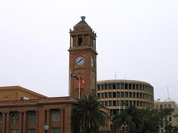 市政府大楼和后面#22278;形的是税#21153;局