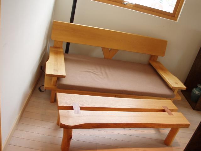 木製ソファーとテーブル