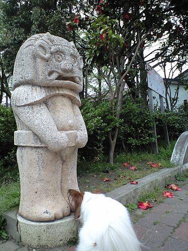 これはsakuraさんではありませんよ!雰囲気は似てるけど・・・曙公園に対で建っている謎の像です。一体何の像なんだろう・・・曙公園は新潟市で3番目にできた公園で、土俵もあるんだよ。