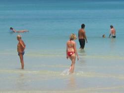 思い思いに過ごす チャウエンビーチ