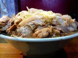 ラーメン髭(チャーシュー麺横から)