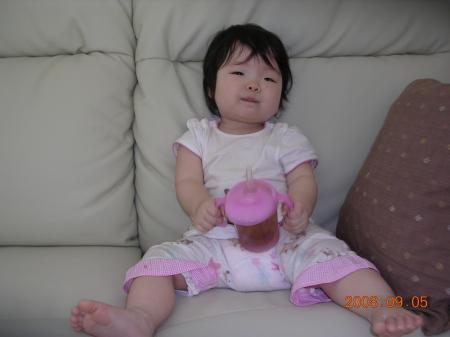 ちょっぴり偉そうな表情でソファーに座る1歳児ちゃん☆