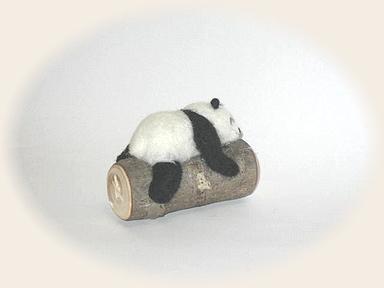 丸太でお昼寝パンダ