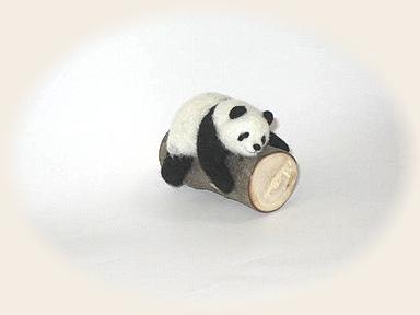 羊毛フェルト☆丸太でお昼寝パンダ