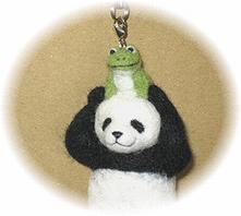 羊毛フェルト☆パンダストラップ☆カエルさんと一緒