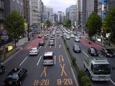 渋滞する靖国通り