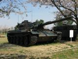桜の下の74式戦車。