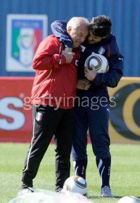 じゃれるリーノ…アシスタントコーチと♪ リーノもイナも、練習中のムードメーカーだなぁ。