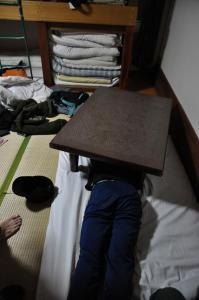 ちゃぶ台を布団代わりにするながさわさん