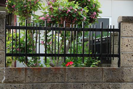 塀の中に埋め込まれているフェンス
