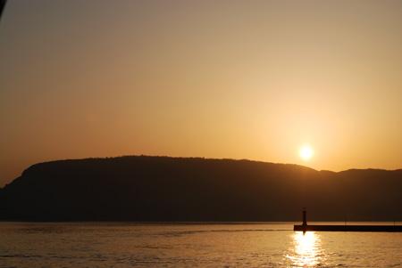 屋島と朝陽と灯台と