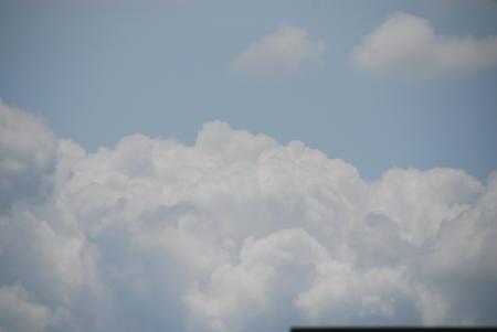 入道っぽい雲(隣家の屋根越しに撮影)