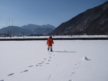 雪のグランドで遊ぶ