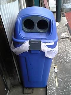 缶専用ゴミ箱はみんな顔に見える(笑)