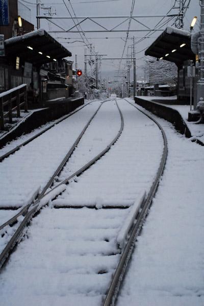 雪の龍安寺駅