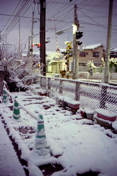 夜明け前/雪/カラーコーン