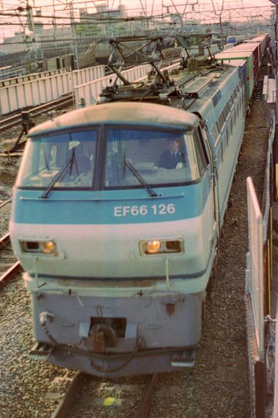 貨物列車、東へ
