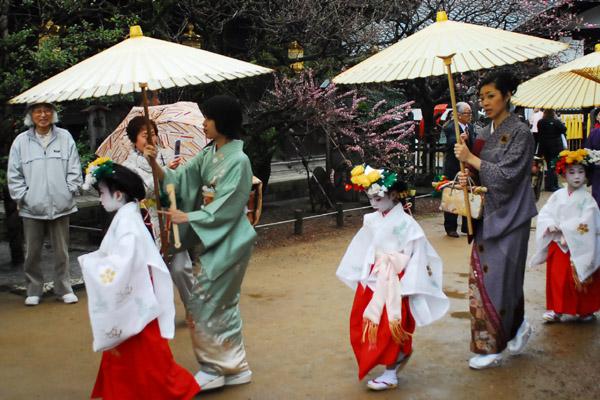 稚児と和傘