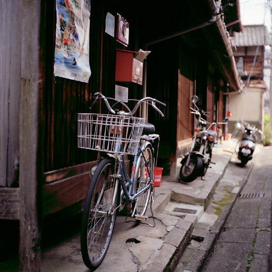 軒先の自転車/壬生