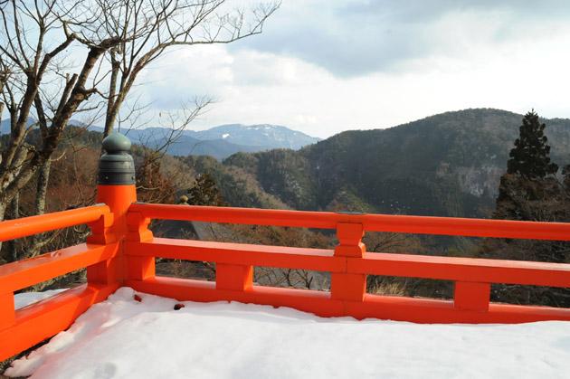 山頂から比叡山を望む
