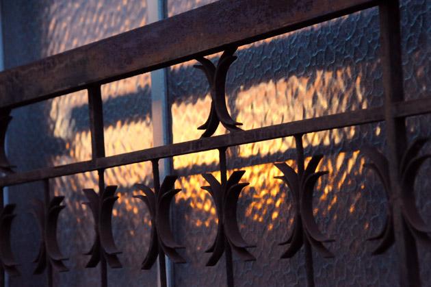窓の夕焼け