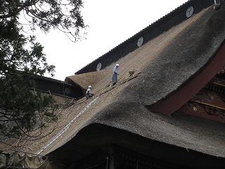 茅葺屋根の補修作業