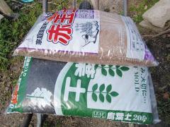 赤玉土と腐葉土をブレンド