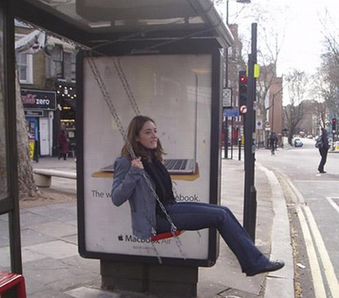 バス停と少女