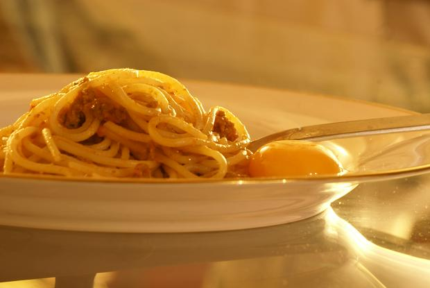 spaghettini al ragu e tuorlo