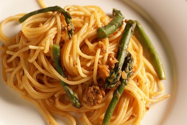 spaghettini al ragu con asparagi