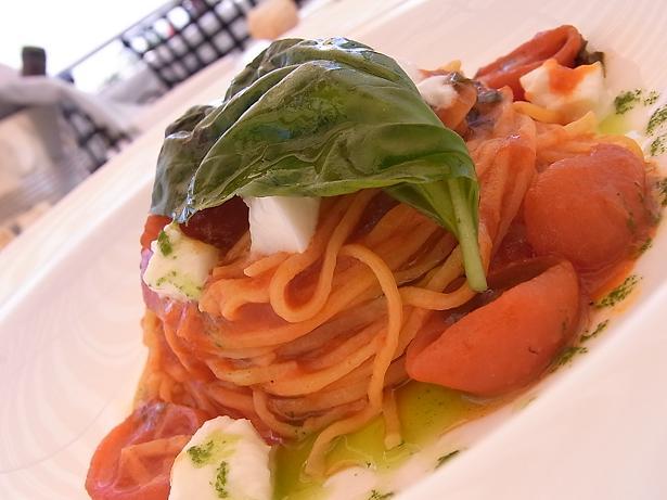 Spaghetti alla chitarra del 150° Anniversario con salsa di pomodorini, olio al basilico e mozzarella di bufala