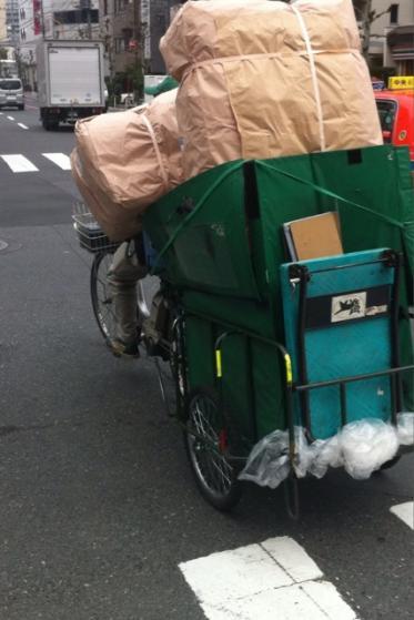 クロネコヤマト、ガソリンがなくて車つかえないため、自転車で大荷物を配送してる。感動!