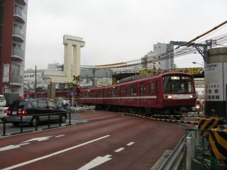 京急蒲田駅前の空港線・第一京浜の踏切