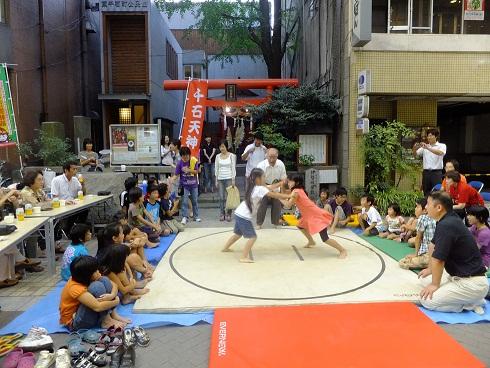 天神社前の相撲大会、女子も