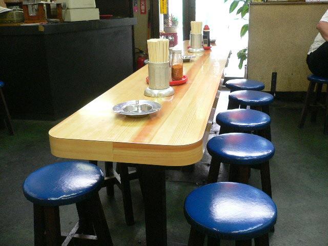 カウンター幅のテーブル