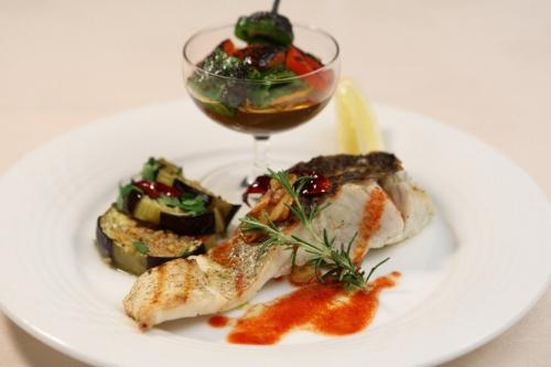 s-11-08-02イタリア料理ラ・ヴィータ8月限定ディナー メイン:すずきのグリル ローズマリー風味 米茄子のマリネとシェフ特製ジュレドレッシング