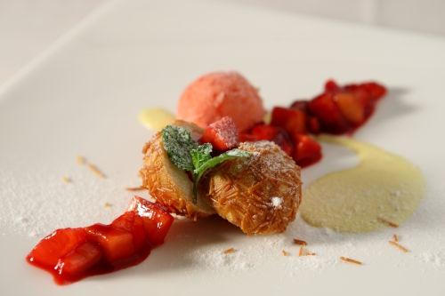 12-02 限定ディナー デザート 極細パスタ カペッリーニをまとったイチゴのイタリアンドーナツ