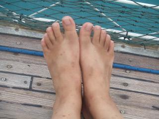 汚く日焼けした私の足…