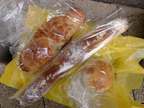 チェダーチーズのパン・よもぎあんぱん・アンチョビバター(こみちのパン屋さん+かて)110616_convert_20110617092141