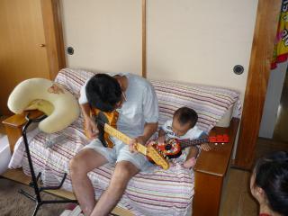 おじいちゃんとギター演奏