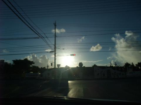 アラハビーチ前の逆光信号