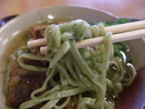 我部祖河食堂 (がぶそが) ソーキそば よもぎ麺 アップ