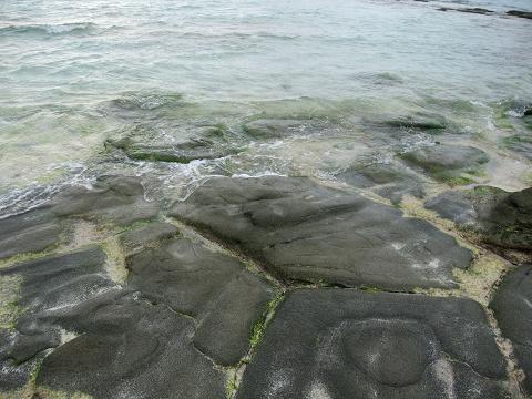 奥武島の畳石 (久米島) 波打ち際