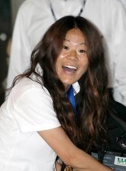 優勝を果たしサポーターの声援に笑顔を見せる澤穂希選手=成田国際空港で2011年7月19日午前9時6分、岩下幸一郎撮影