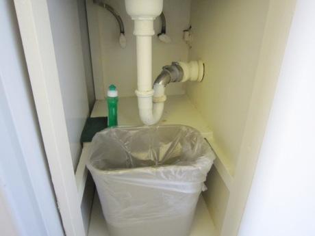 シンクの下にゴミ箱と洗剤、スポンジ有り