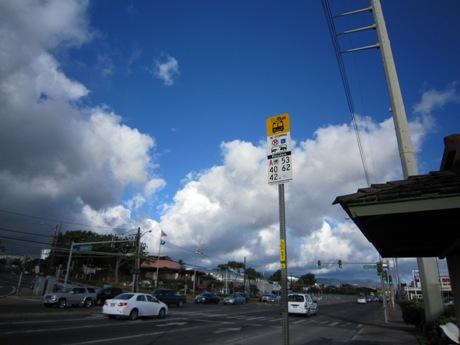 道路を渡ってバス停