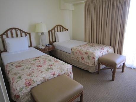 奥のベッドルーム